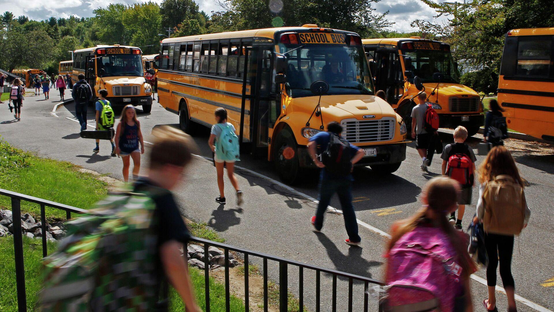 Ученики средней школы направляются к автобусам в Йорке, штат Мэн - РИА Новости, 1920, 03.09.2020