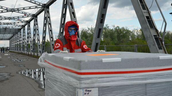 Доставка гуманитарного груза МККК для борьбы с COVID-19 на КПП Станица Луганская в ЛНР