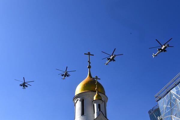 Вертолеты Ми-24 во время воздушного парада Победы в Новосибирске