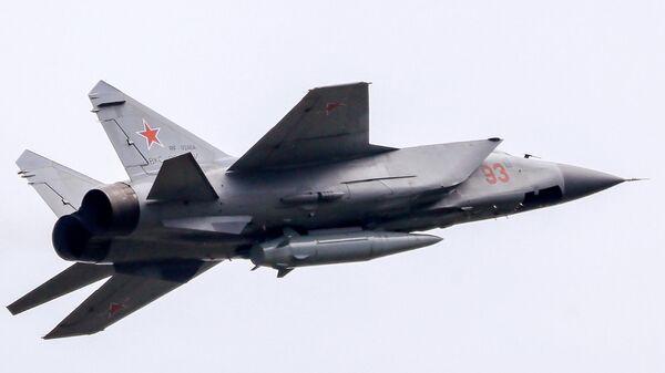 Истребитель-перехватчик МиГ-31К с гиперзвуковой ракетой Кинжал
