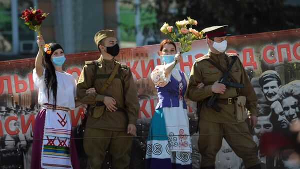 Участники театрализованной колонны из 11 военных грузовиков, которая проехала по центральным улицам Екатеринбурга