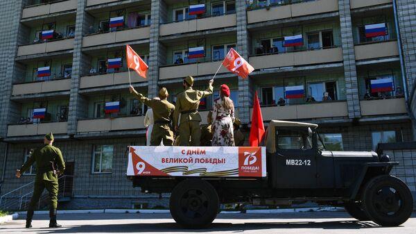 Концерт с песнями военных лет перед окнами ГАУ Новосибирский дом ветеранов