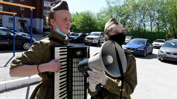 Участницы молодежного движения Молодая гвардия во время празднования Дня Победы в рамках акции Парад у дома в Тюмени