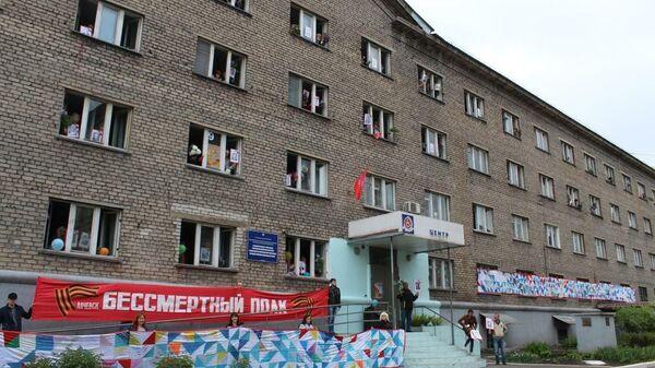 В ЛНР сшили 38-метровое полотно из треугольников с именами ветеранов ВОВ