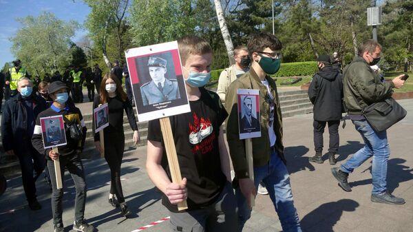 Участники акции националистов на Аллее Славы в парке имени Тараса Шевченко в Одессе