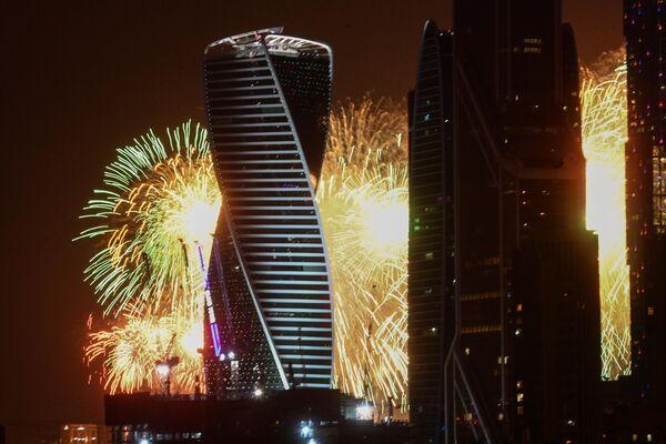 Салют в честь 75-летия Победы на фоне Московского международного делового центра Москва-Сити