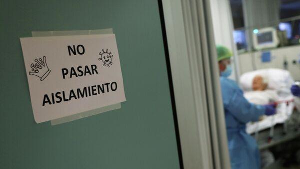 Надпись Не входите, изоляция в палате отделения неотложной помощи в больнице в Мадриде, Испания