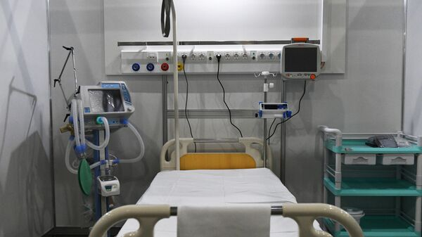 Медицинское оснащение в палате временного госпиталя для пациентов с COVID-19 в Международном выставочном центре Крокус Экспо в Красногорске