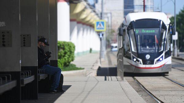 Мужчина на трамвайной остановке в Москве