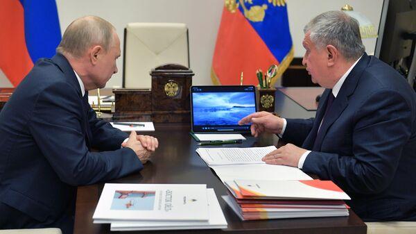 Президент РФ Владимир Путин и главный исполнительный директор, председатель правления, заместитель председателя совета директоров компании Роснефть Игорь Сечин во время встречи