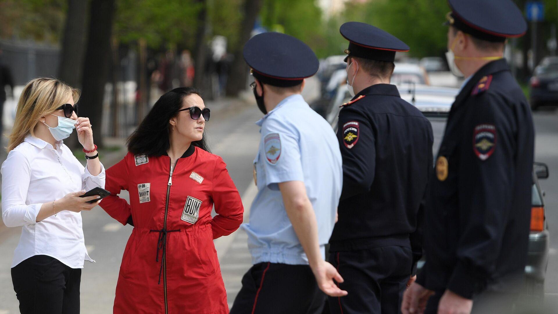 Девушки и сотрудники полиции в Казани - РИА Новости, 1920, 25.06.2021