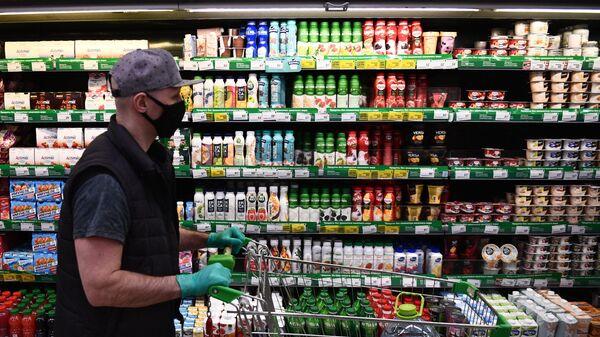 Покупатель в продуктовом магазине в Москве