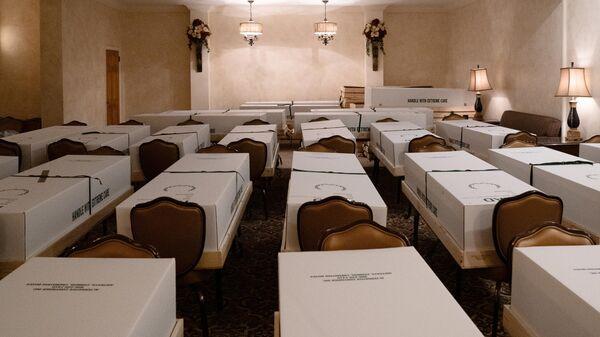 Гробы с телами умерших от коронавируса перед кремацией в похоронном бюро Джерарда Дж. Нойфельда в Нью-Йорке