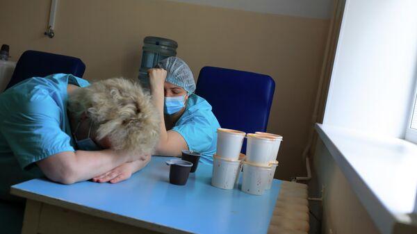 Медицинские работники в стационаре для больных с коронавирусной инфекцией на базе Тверской областной клинической больницы