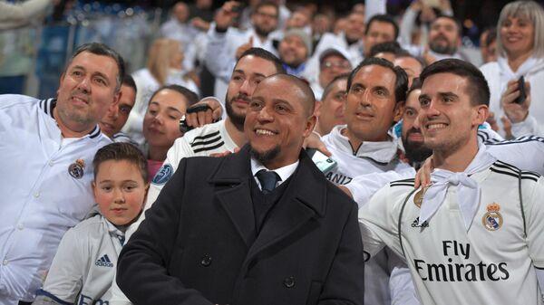 Роберто Карлос (в центре)
