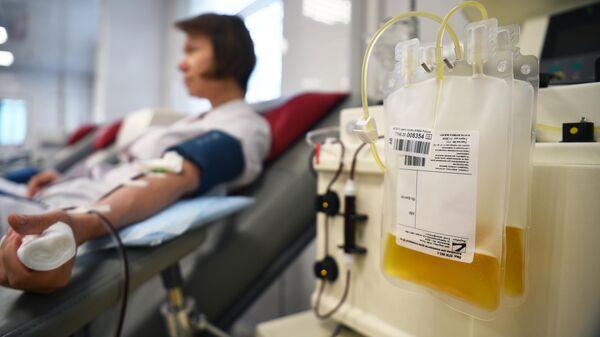 Пакет с плазмой в процедурном отделении Центра крови ФМБА в Москве