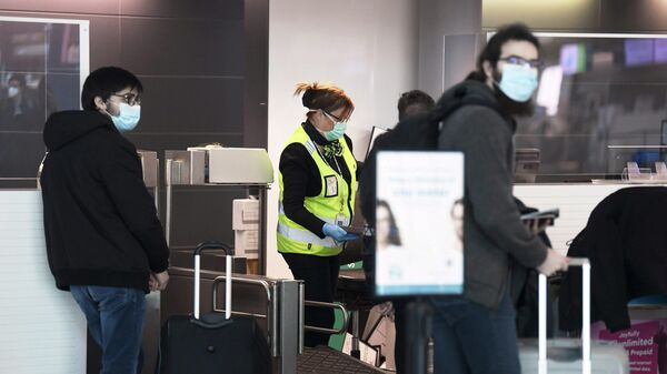 Пассажиры в отделе обслуживания клиентов международного аэропорта Хельсинки-Вантаа