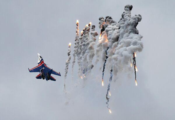 Истребитель Су-30СМ пилотажной группы Русские витязи на авиационном празднике в честь Дня Победы в Кубинке