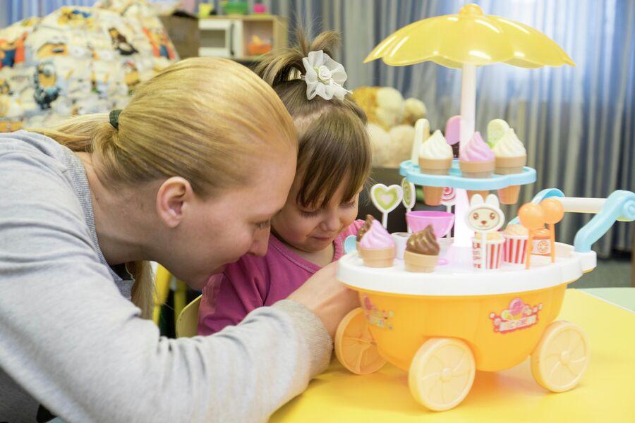 Кристина играет с Алисой
