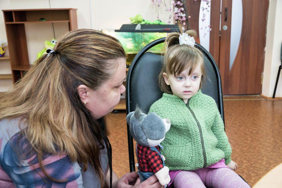 Алиса с игрушкой