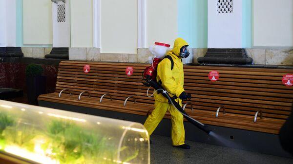 Сотрудник МЧС РФ проводит обработку помещений Курского вокзала в рамках мер по борьбе с распространением коронавирусной инфекции