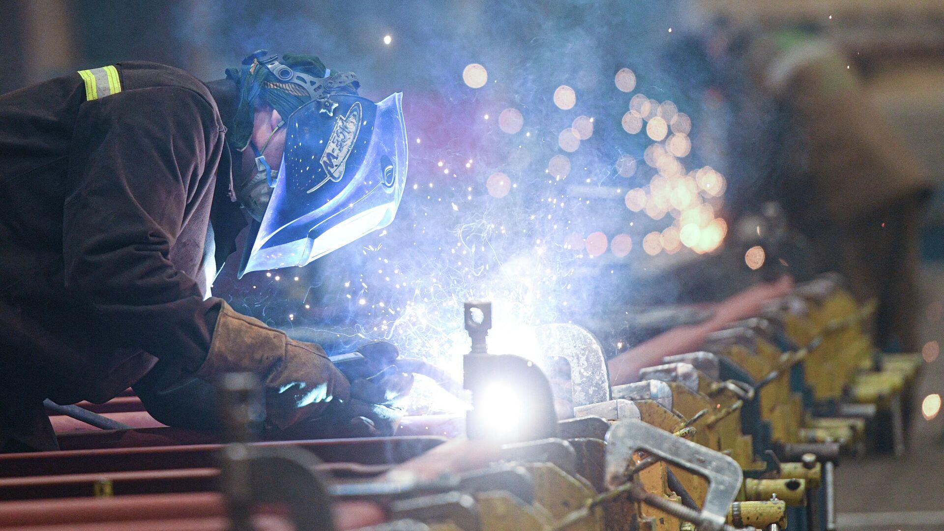 Рабочий в сборочном цехе завода Метровагонмаш в подмосковных Мытищах - РИА Новости, 1920, 15.09.2020