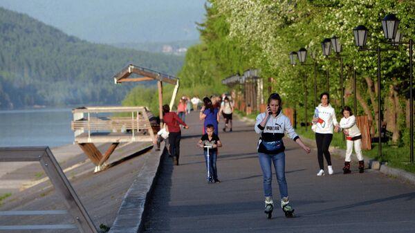Люди гуляют и занимаются спортом на набережной Енисея в Дивногорске Красноярского края