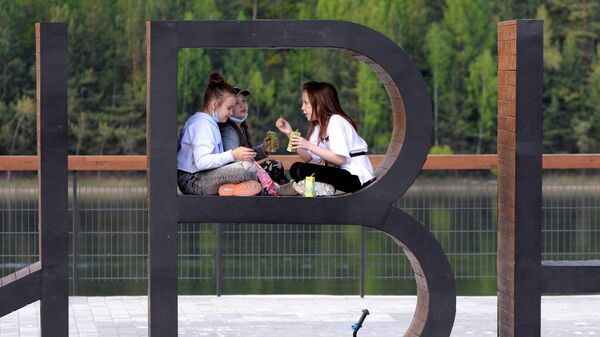 Дети отдыхают на набережной Енисея в Дивногорске Красноярского края