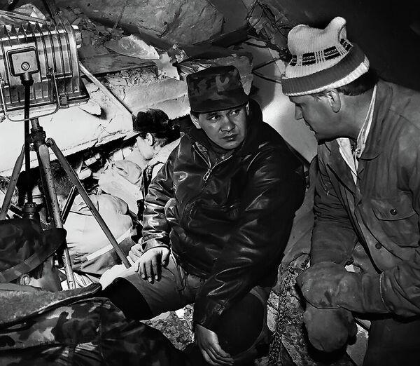 Министр по чрезвычайным ситуациям (МЧС) Сергей Шойгу на месте разрушительного землетрясения в Нефтегорске. Архивная съемка, июнь 1995 года