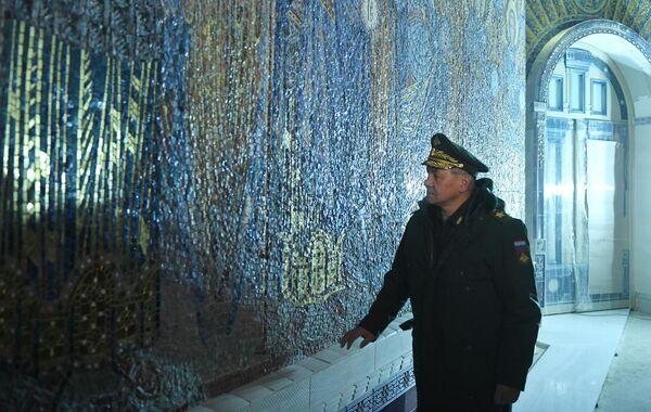Министр обороны РФ Сергей Шойгу во время посещения строящегося главного храма Вооруженных Сил в конгрессно-выставочном центре Патриот в Московской области