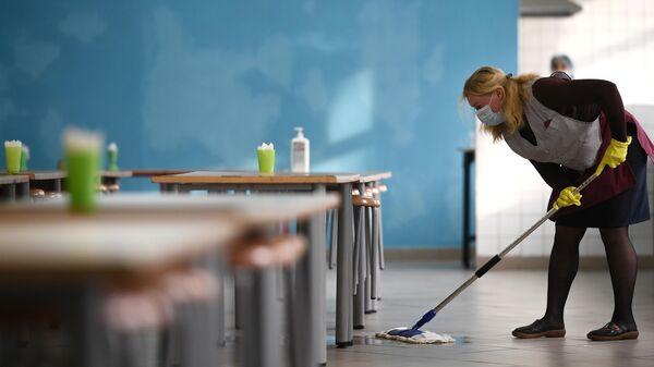 Сотрудница школы проводит санитарную обработку помещений в одной из школ Москвы