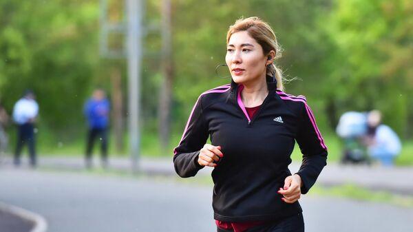Девушка во время пробежки в одном из парков в Нур-Султане, Казахстан