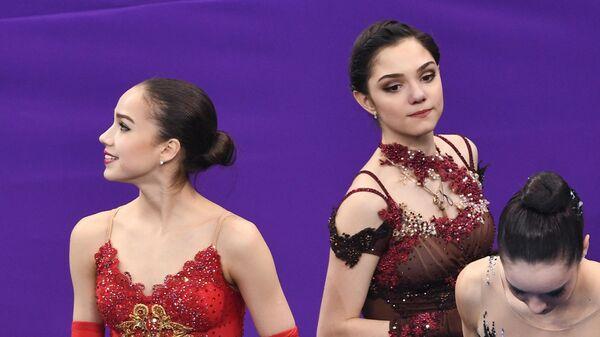 Евгения Медведева (Россия), завоевавшая серебряную медаль, и Алина Загитова
