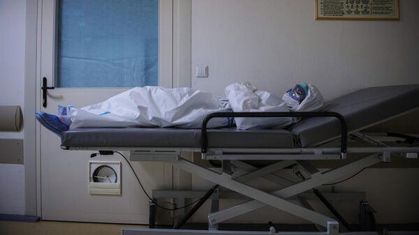 Медицинский работник отдыхает в коридоре госпиталя COVID-19 в ГКБ No1 имени Н.И. Пирогова в Москве