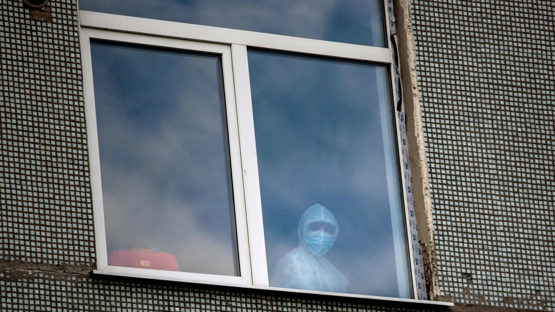 Медицинский работник в окне одной из палат Иркутской областной инфекционной больницы - РИА Новости, 1920, 22.01.2021