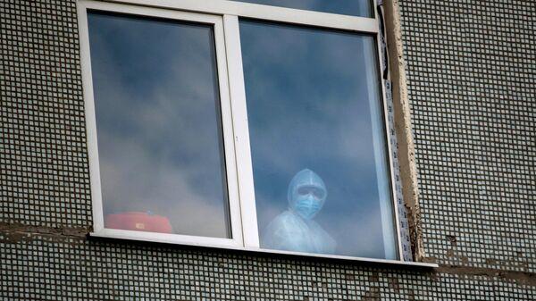 Медицинский работник в окне больницы