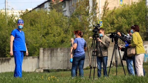 Врач-анестезиолог Алексей Михайлов во время интервью на территории Иркутской областной инфекционной больницы