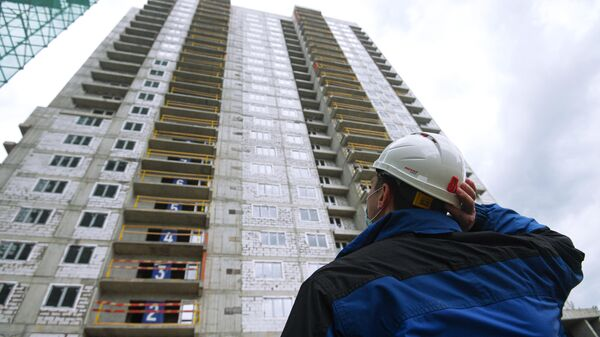 Рабочий на строительной площадке жилого дома на улице Парковой, владение 31 в Москве