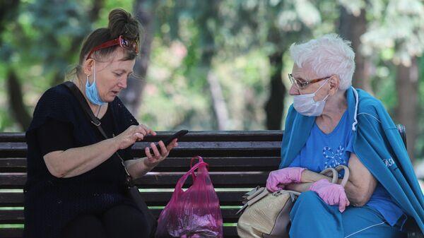 Пожилые женщины в медицинских масках на одной из улиц Пятигорска