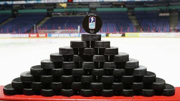 Шайба с логотипом Международной федерации хоккея (IIHF)