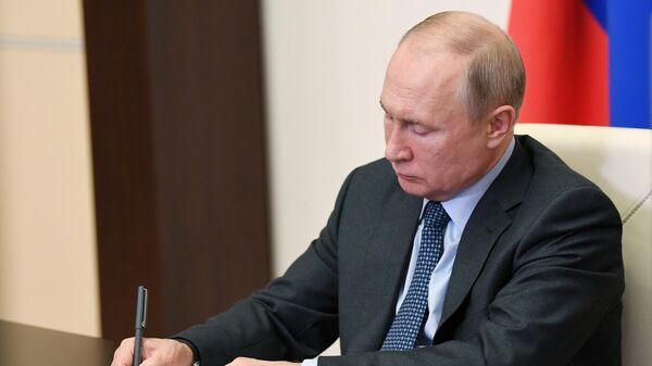 Президент России Владимир Путин проводит совещание в режиме видеоконференции