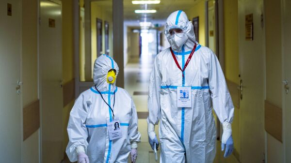 Врачи в коридоре больницы