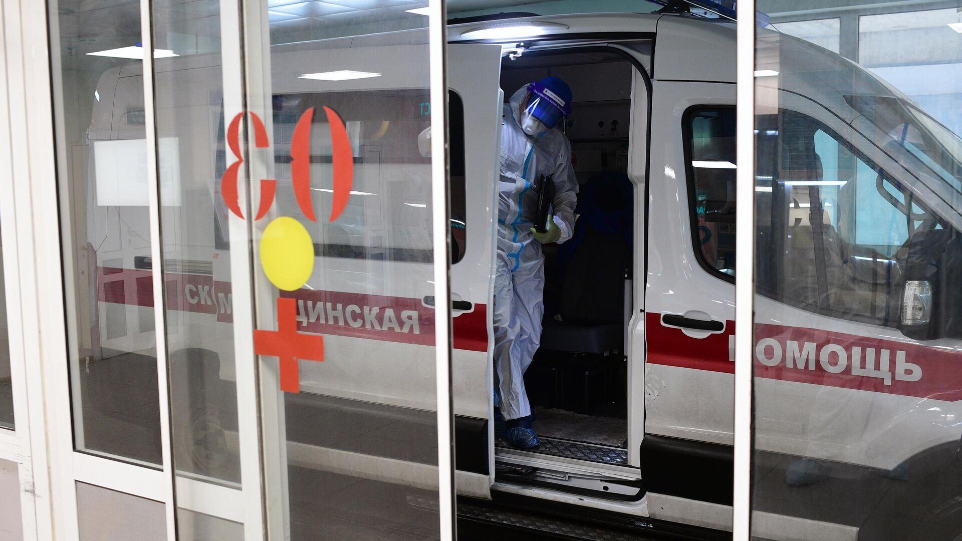 Автомобиль у приемного отделения госпиталя COVID-19 городской клинической больницы № 15 имени О. М. Филатова в Москве - РИА Новости, 1920, 04.10.2020
