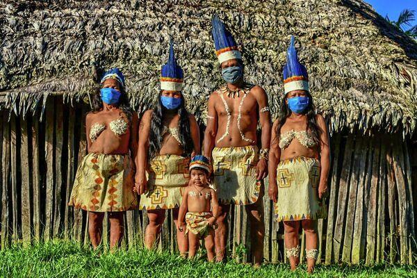 Представители индейского народа группы уитото в медицинских масках в Летисии, Колумбия