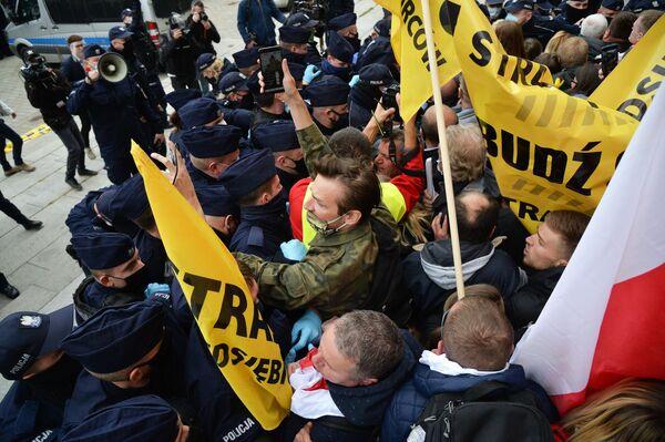 Столкновения участников акции протеста против карантинных мер, введенных в связи с пандемией коронавируса COVID-19, с сотрудниками полиции в Варшаве