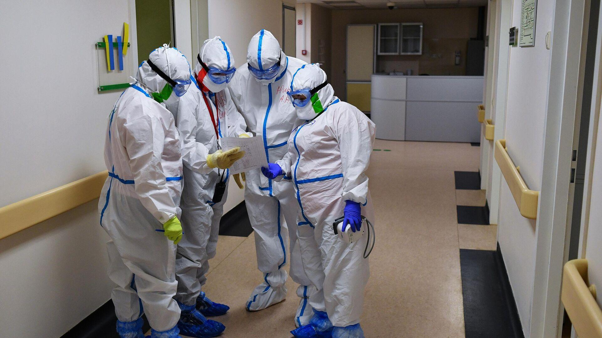 Медицинские работники в одном из отделений госпиталя COVID-19 в Центре мозга и нейротехнологий ФМБА России - РИА Новости, 1920, 03.10.2020