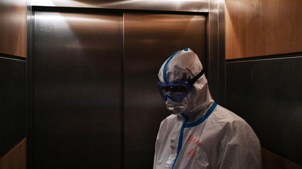 Медицинский работник в лифте в одном из отделений госпиталя COVID-19 в Центре мозга и нейротехнологий ФМБА России