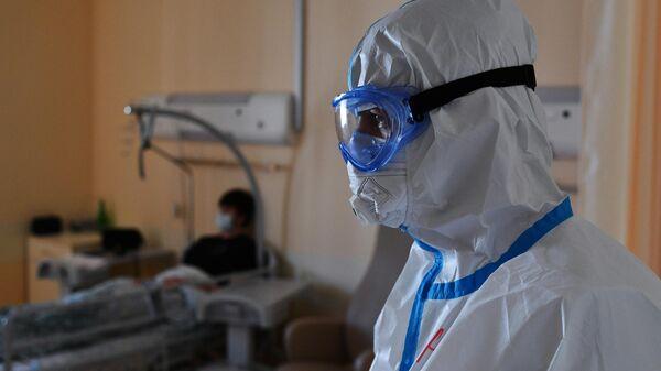 Медицинский работник в палате для больных коронавирусной инфекцией