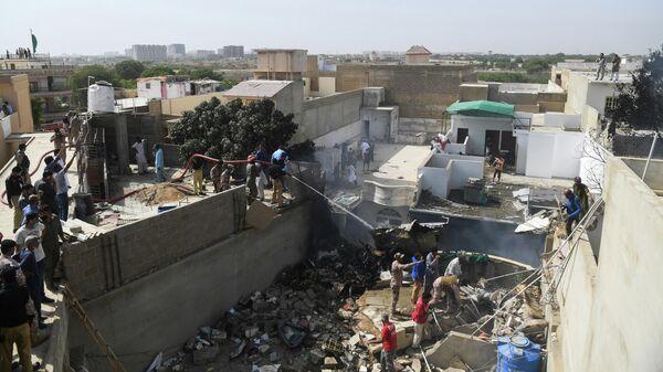 Спасатели на месте крушения самолета авиакомпании Пакистанские аваиалинии в Карачи