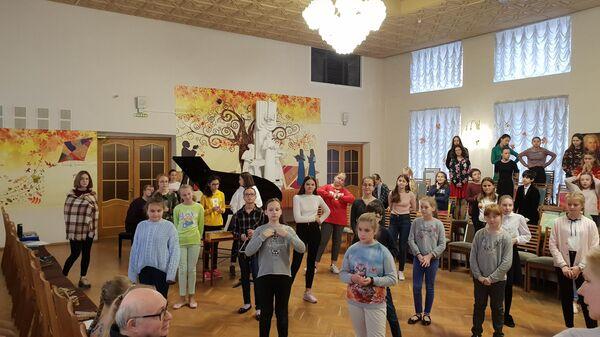 Репетиция старшего хора Весна в органном зале школы